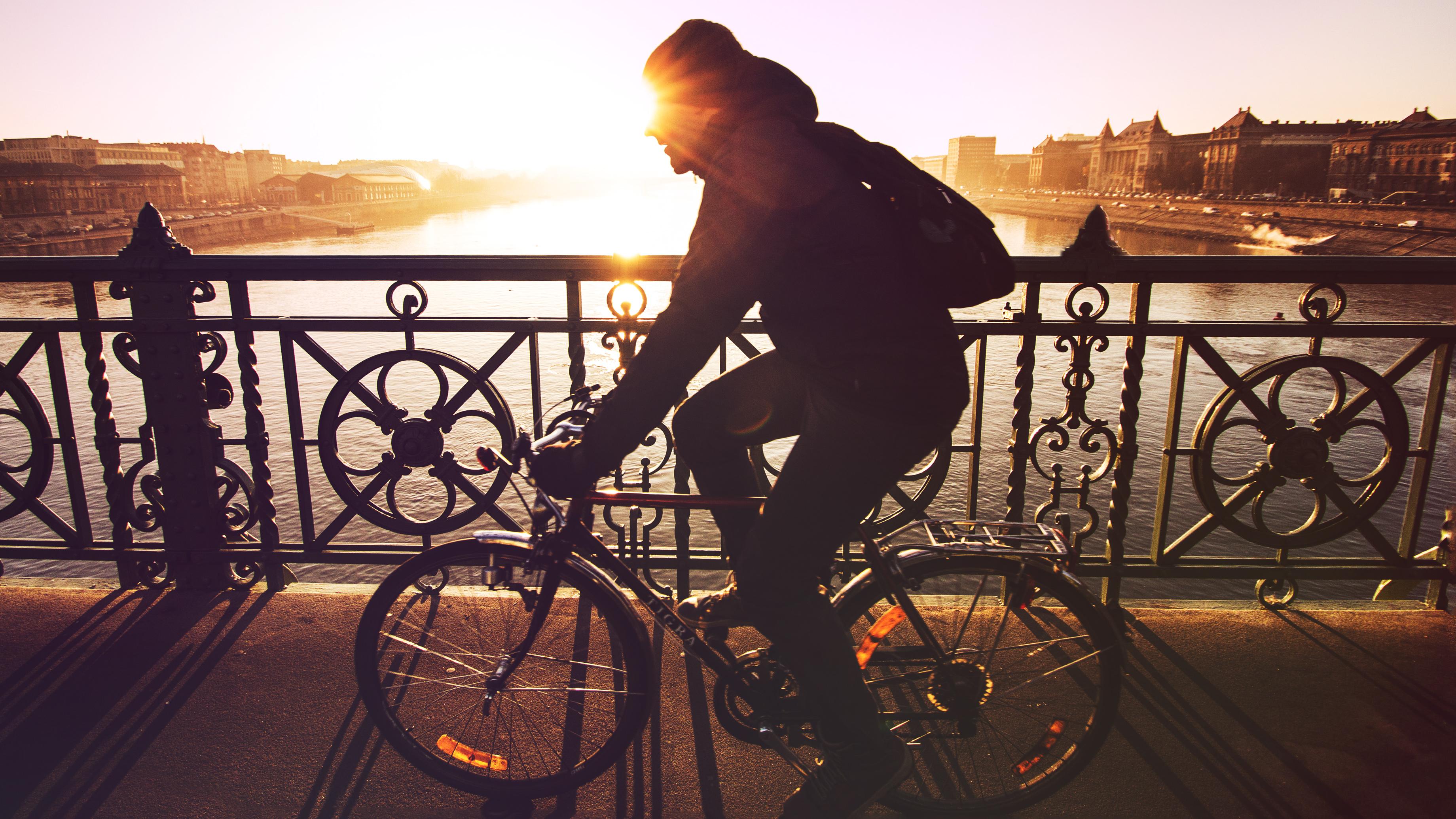 Mand der cykler