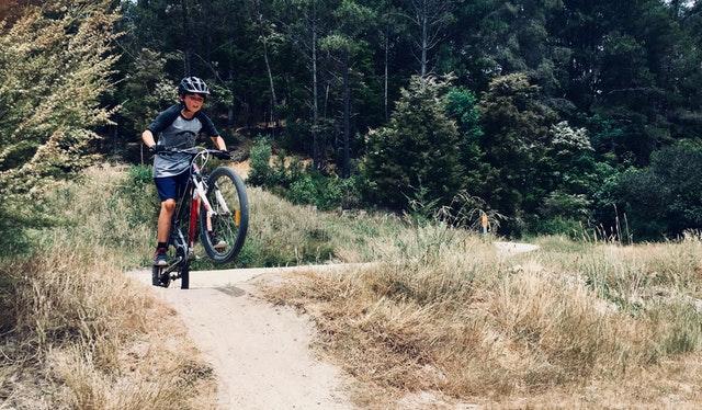 sikker cykling med hjelm