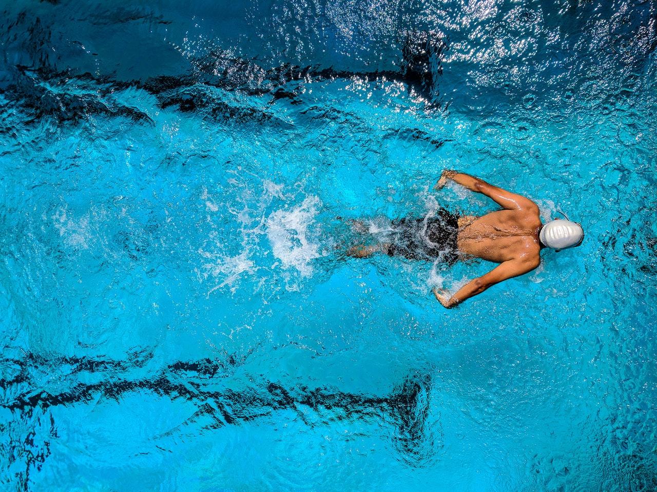 Person svømmer i svømmehal