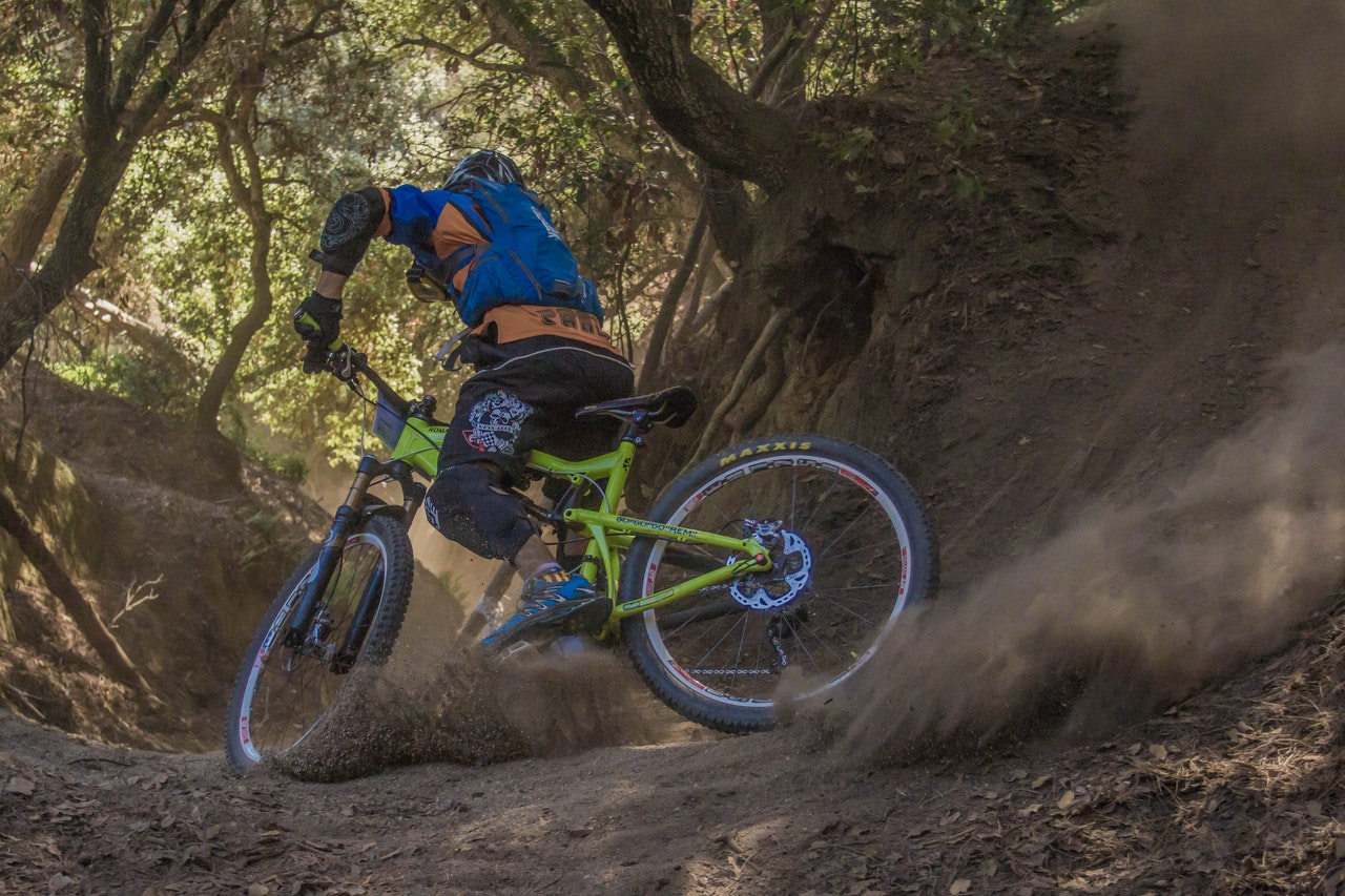 Mountain bike ned ad stejl bakke